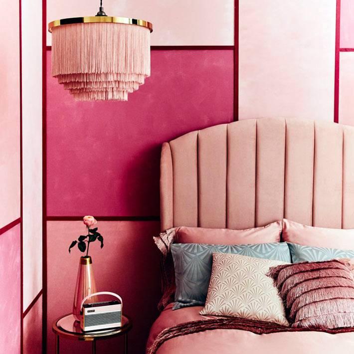 лсютра с розовой бахромой в розовом интерьере спальни
