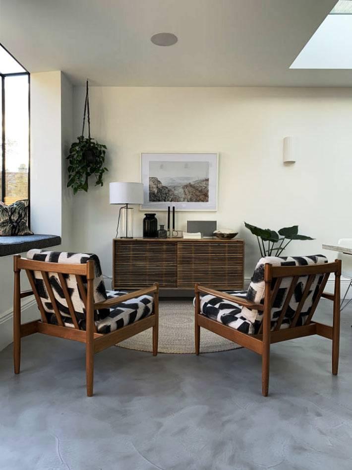комната для отдыха с удобными креслами и мягким подоконником