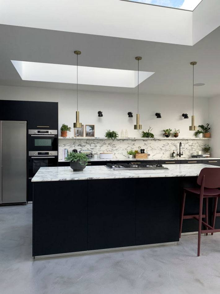 белый мраморный фартук и поверхность на кухне