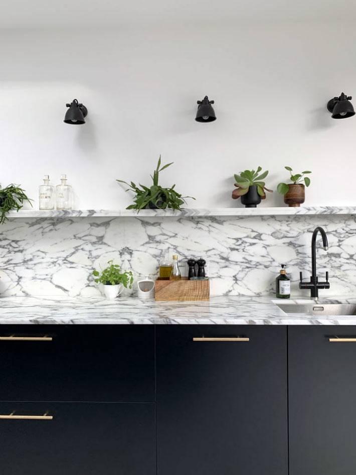 кухонный фартук и полка из мрамора, черная мебель для кухни