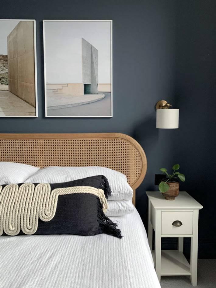 кровать из светлого дерева контрастирует с темной стеной