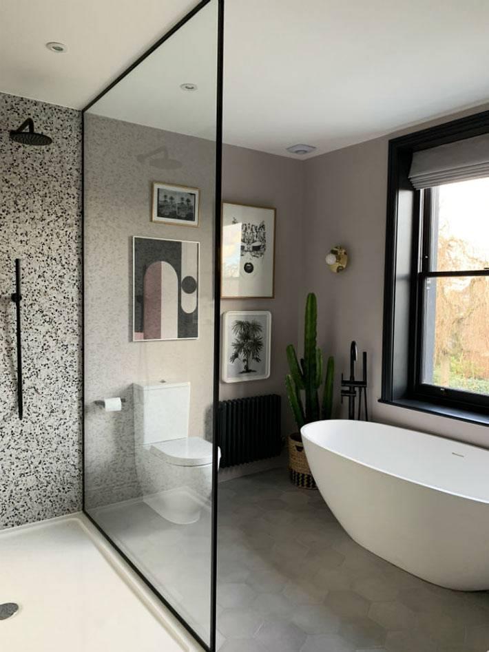 стеклянная перегородка между душем и ванной с окном