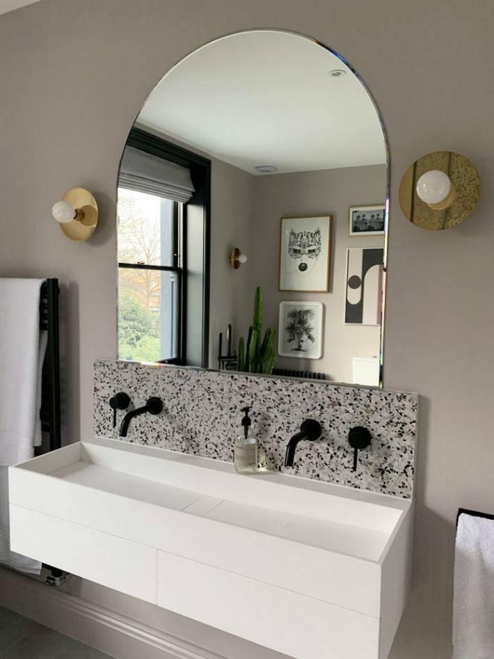 черные краны в ванной, полукруглое зеркало фото