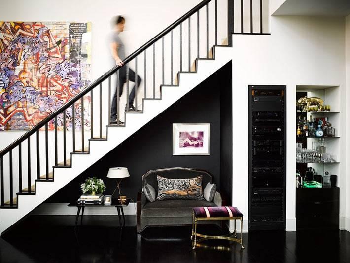 диванчик и стол в пространстве под лестницей в доме