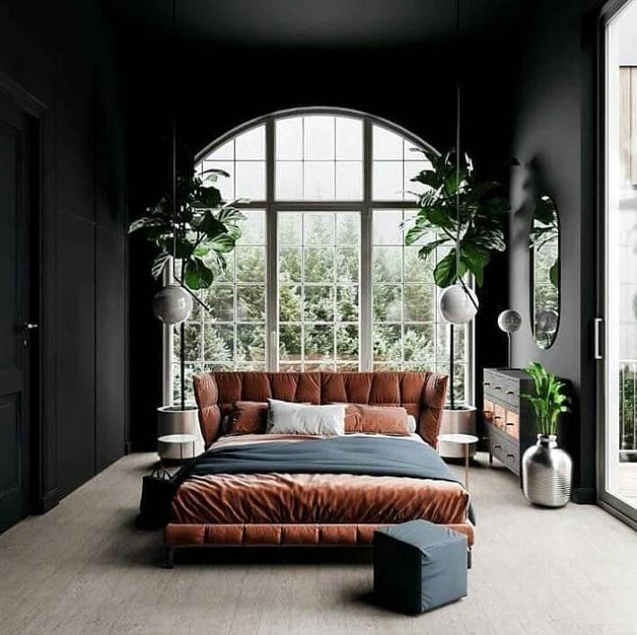 черные стены в спальне, арочное окно за кроватью фото