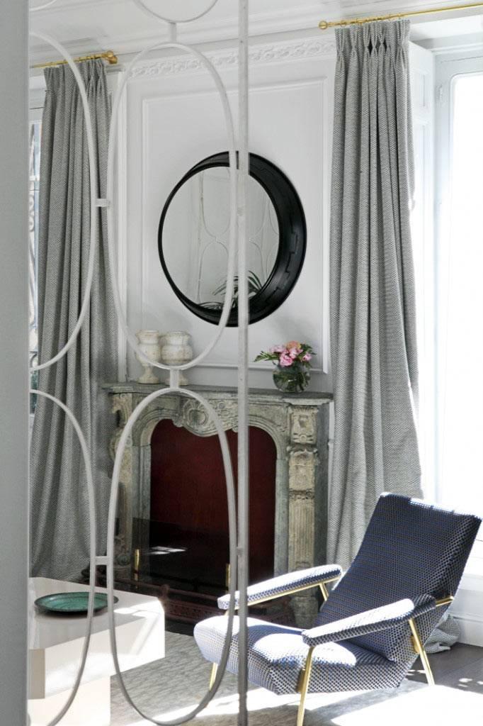 красивый старинный портал камина в элегантной комнате