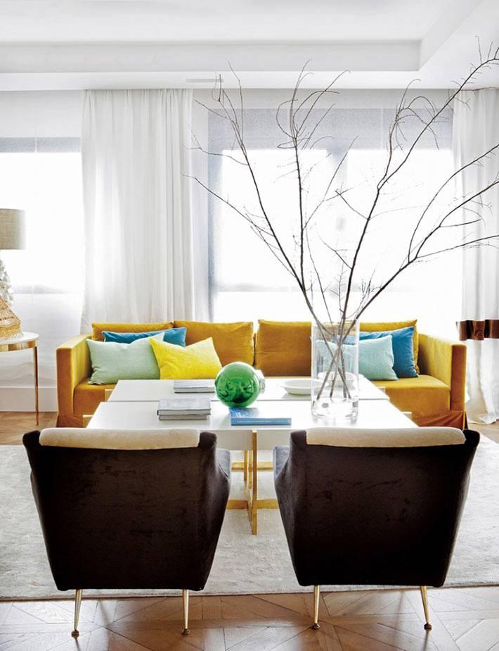 жёлтый диван - яркое пятно в спокойной гамме интерьера гостиной