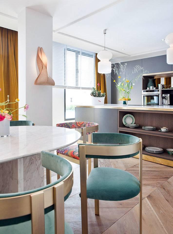 кухня-столовая с деревянным паркетным полом