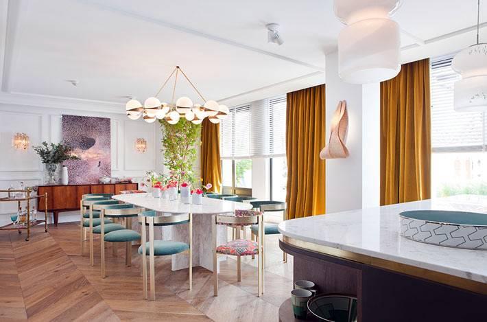 круглая люстра с плафонами, оранжевые шторы, мраморный обеденный стол