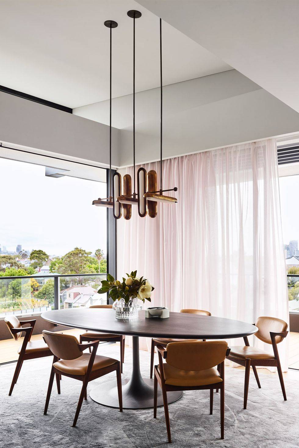 обеденная зона в ретро стиле с коричневыми кожанными креслами