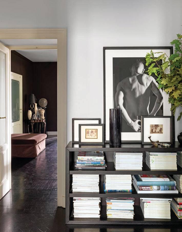 черная этажекра для хранения журналов, черный пол в комнате