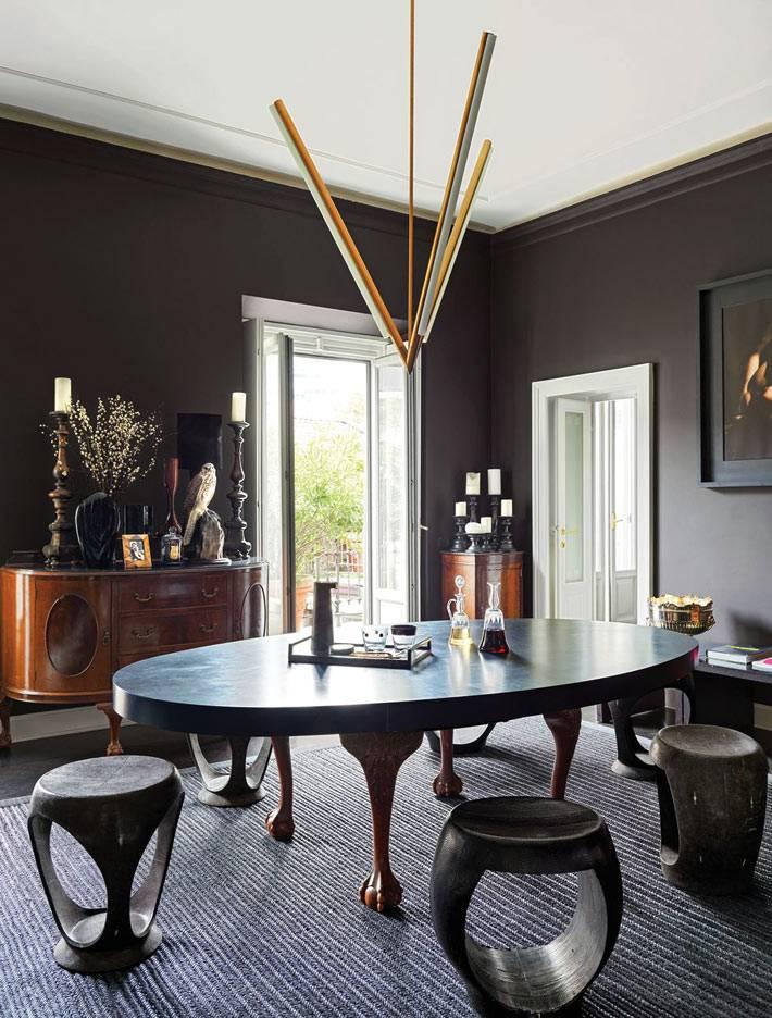 овальный каменный пол и табуретки в столовой комнате