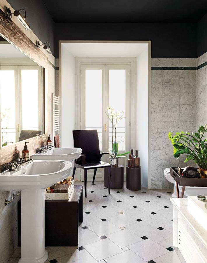 ванная комната с белым полом и черным потолком фото