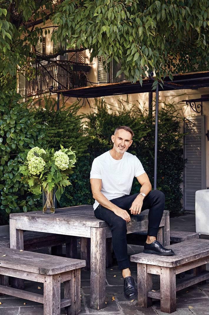 дизайнер на открытой террасе в своей квартире