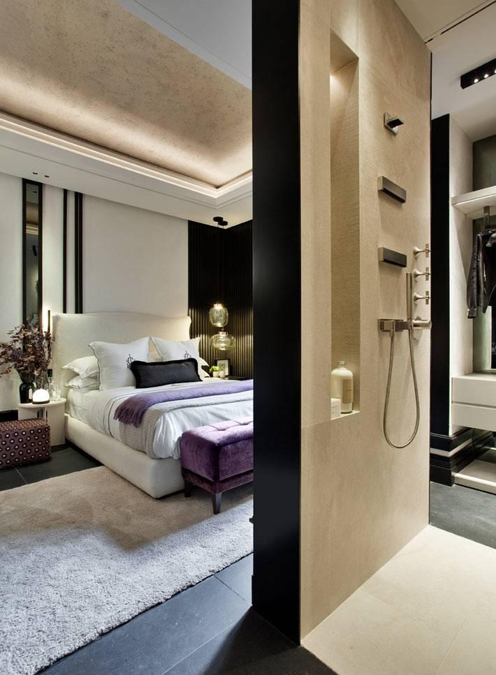 просторная спальня в бежевом цвете с гардеробной и ванной
