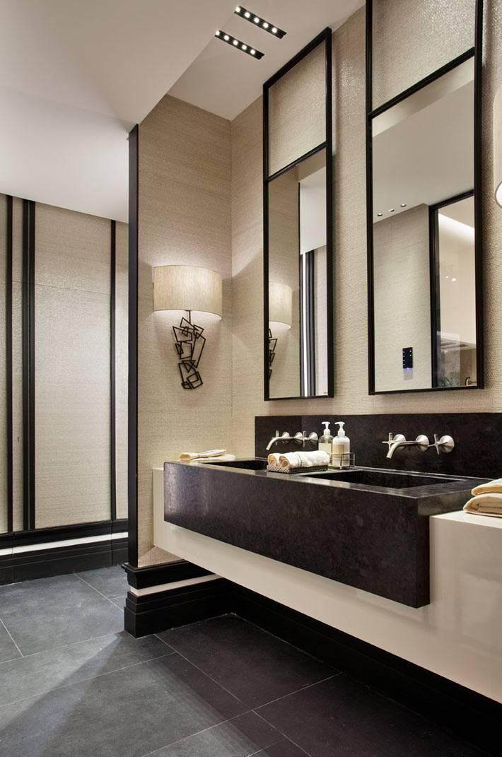 черный мраморный умывальник в бежевом интерьере ванной