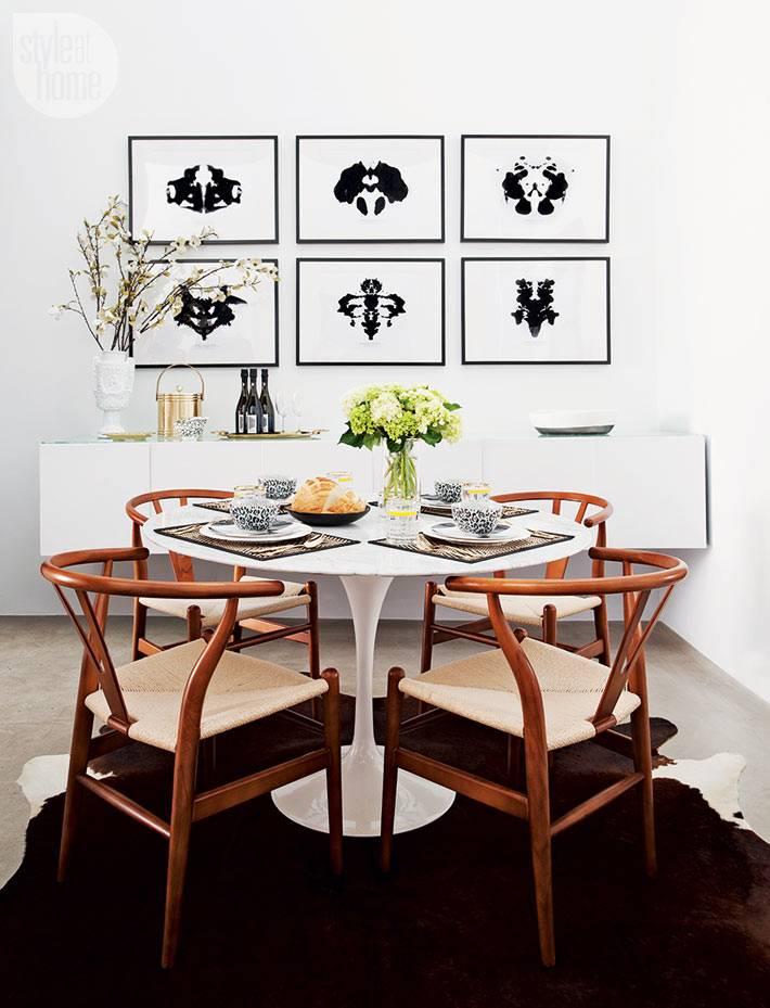 деревянные кресла за курглым обеденным столом