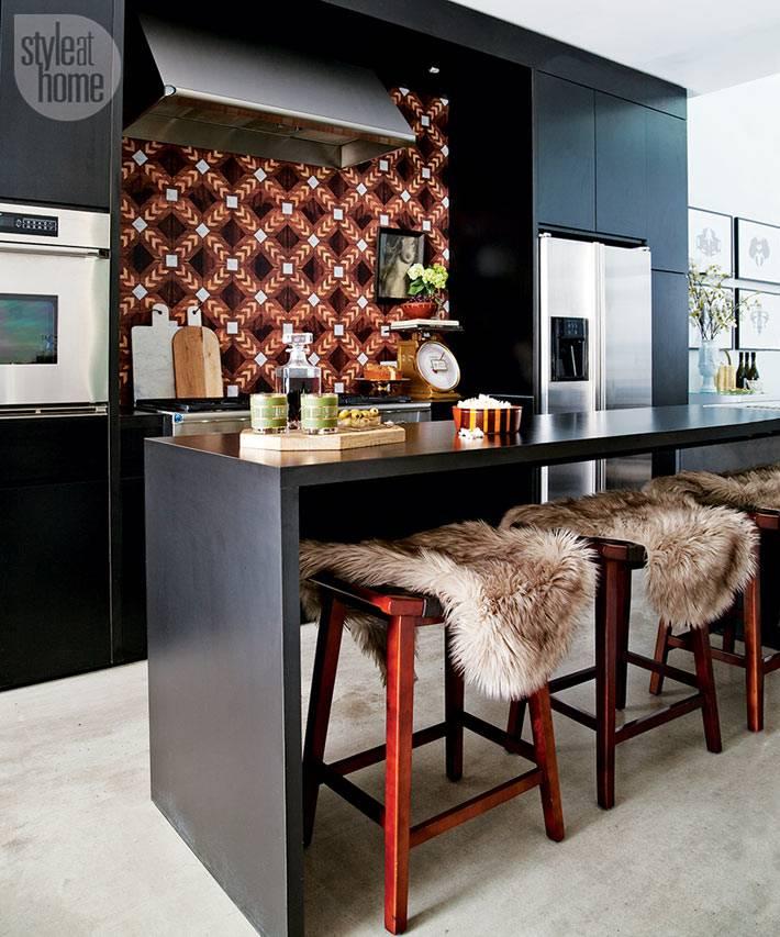 шикарный кухонный фартук из коричневой плитки, черная кухня
