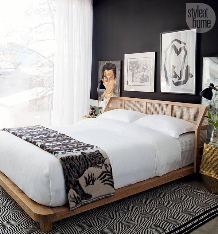 контрастное сочетание - черные стены и белая кровать в спальне