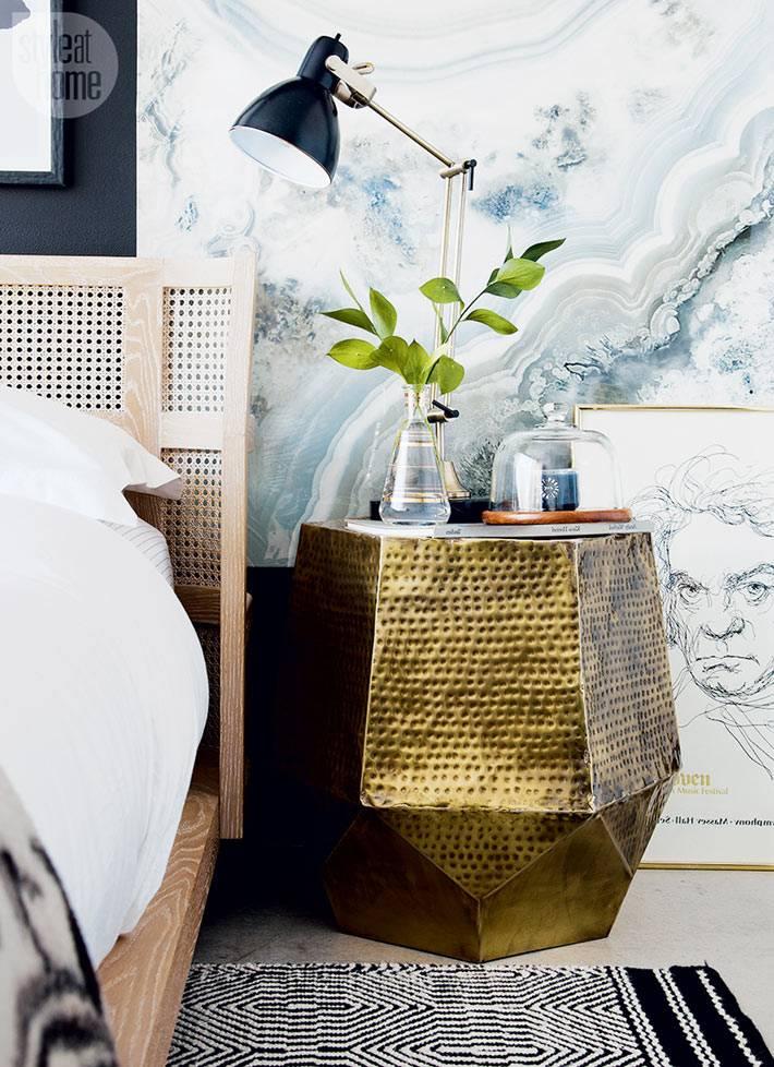 золотистая прикроватная тумбочка геометрической формы