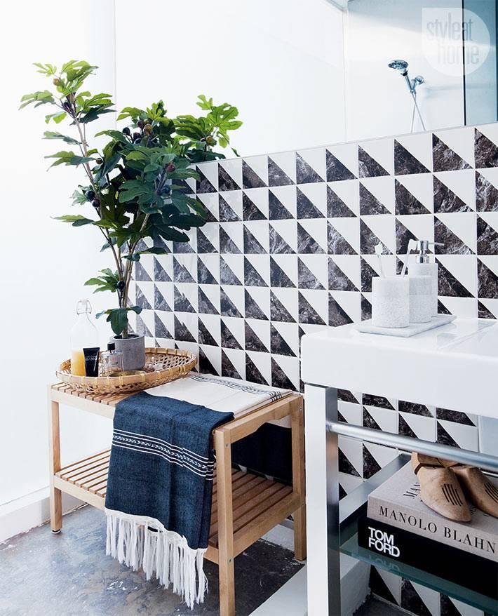 самодельный шахматный декор плитки в ванной комнате