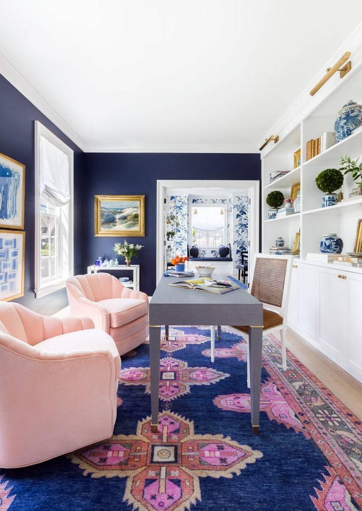 синие стены в кабинете, синий ковер с узорами на полу