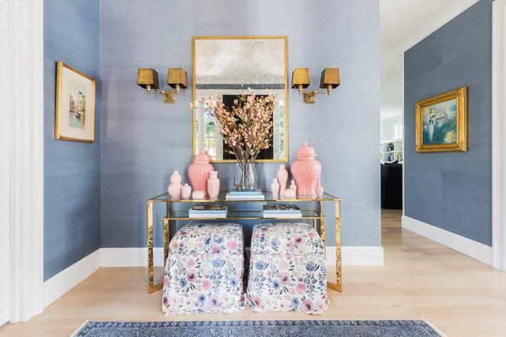 консоль на золотых ножках с китайскими вазами в холле дома