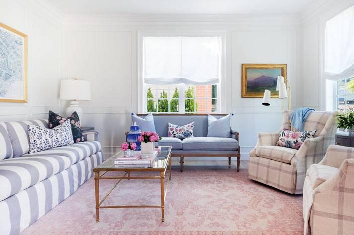мягкая мебель из разной оббивочной ткани в одной комнате