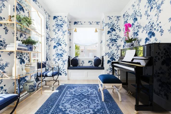 комната с роялем оформлена в китайском стиле и синем цвете