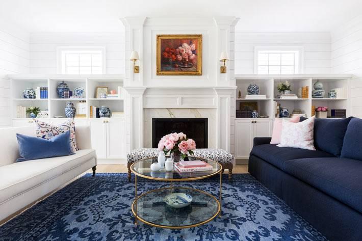 комната с белыми деревыннями панелями на стенах