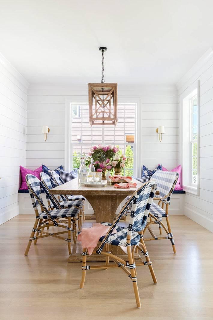 ротанговые стулья во французском стиле за обеденным столом