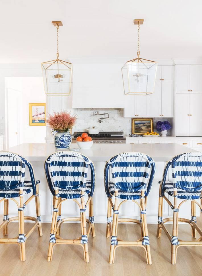 белая кухня с модными подвесными светильниками фото