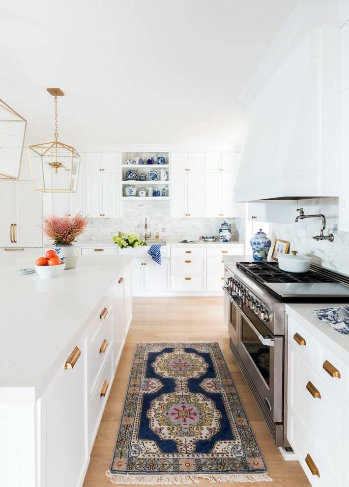 маленький ковер с орнаментом на кухне фото
