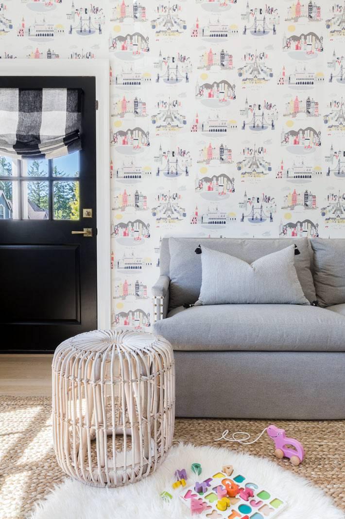веселые обои для детской комнаты, серый диван, меховой коврик