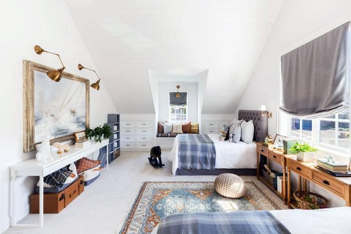 мансардная спальня для родителей под крышей дома