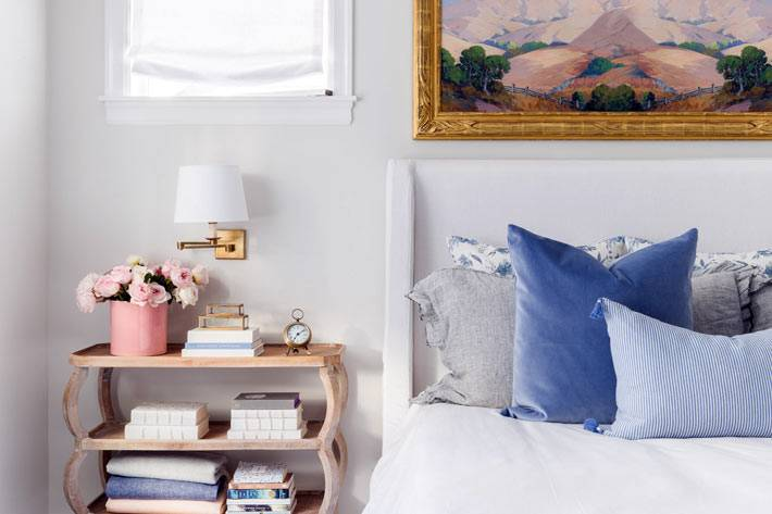 прикроватная этажерка с полочками для хранения книг и шкатулок