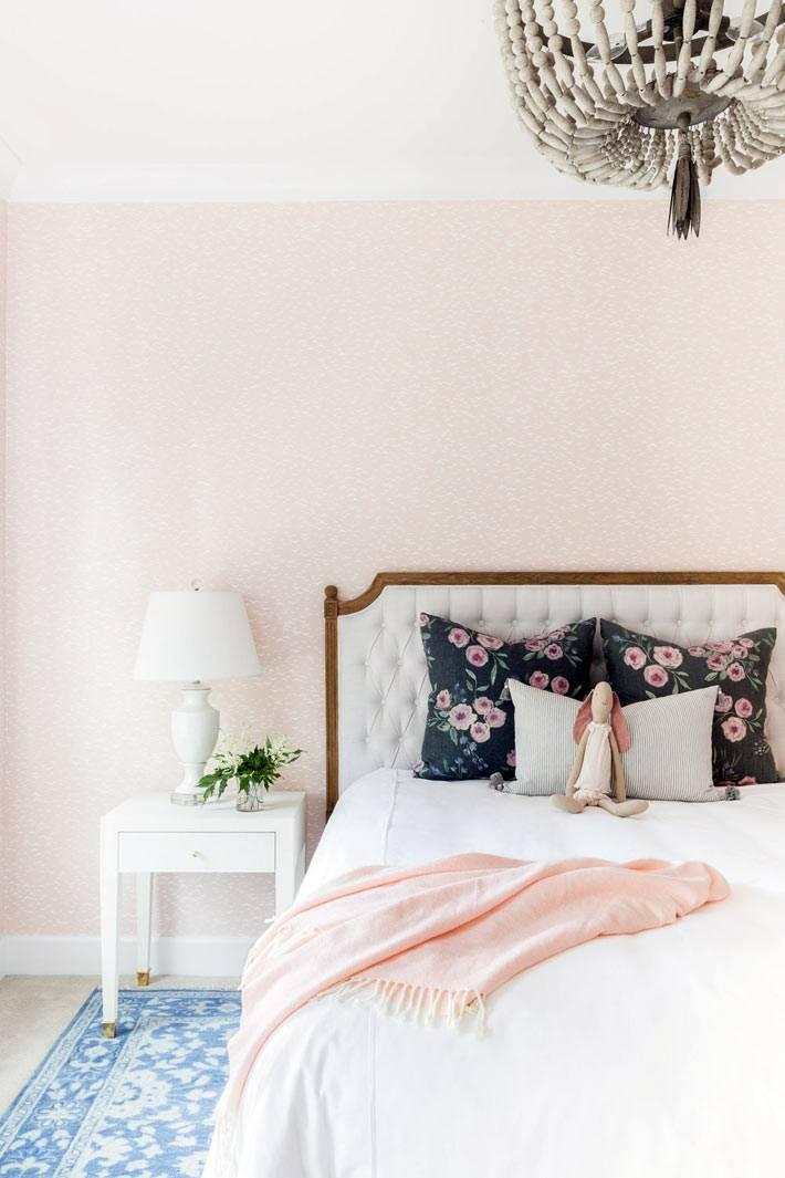 нежный интерьер спальни с белой кроватью и тумбочкой