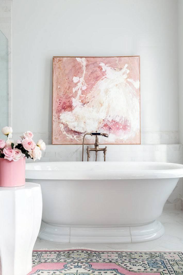 картина с родовыми красками над ванной фото