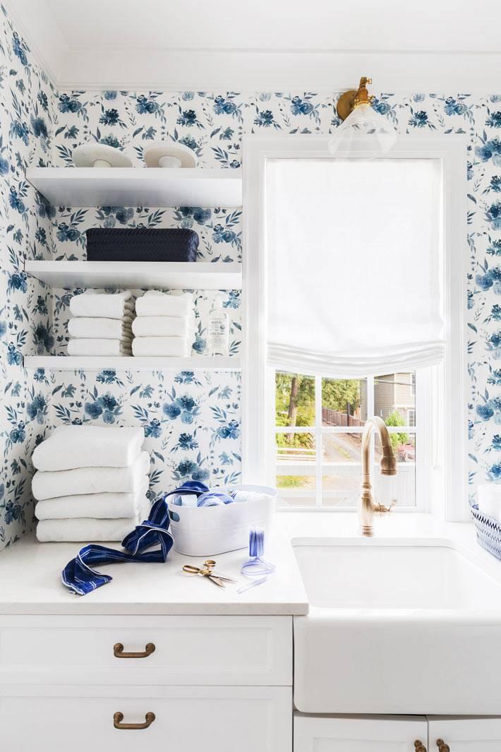 небольшая комната для прачечной с окном и умывальником