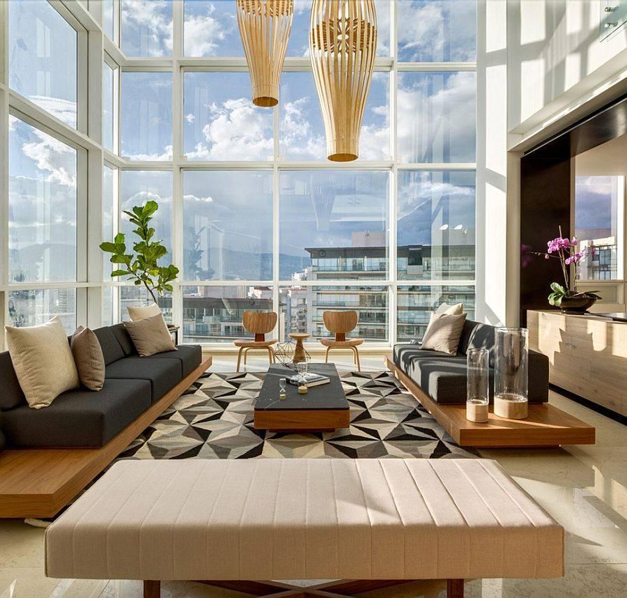 большая гостиная с высокими потолками и панорамными окнами