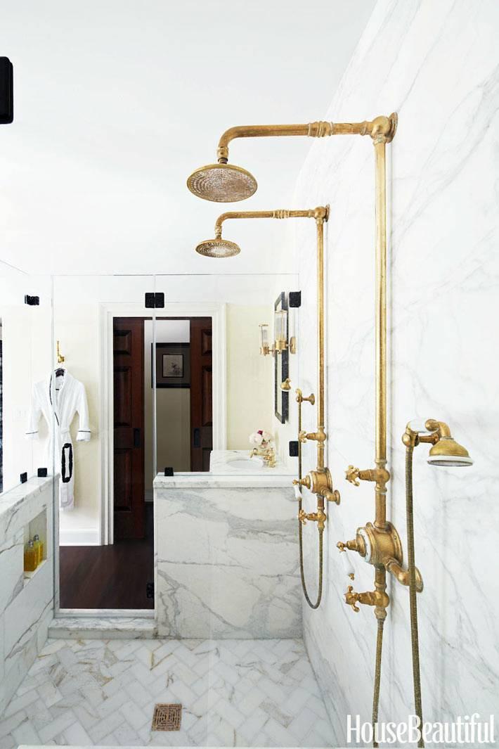 латунные душевые краны и сантехника в ванной комнате