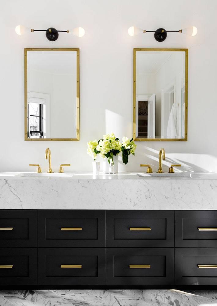 шкафчики для ванной с латунными ручками и зеркалами