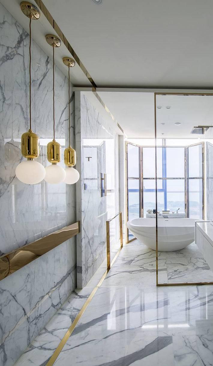 оформление мрамором ванной комнаты с большим окном