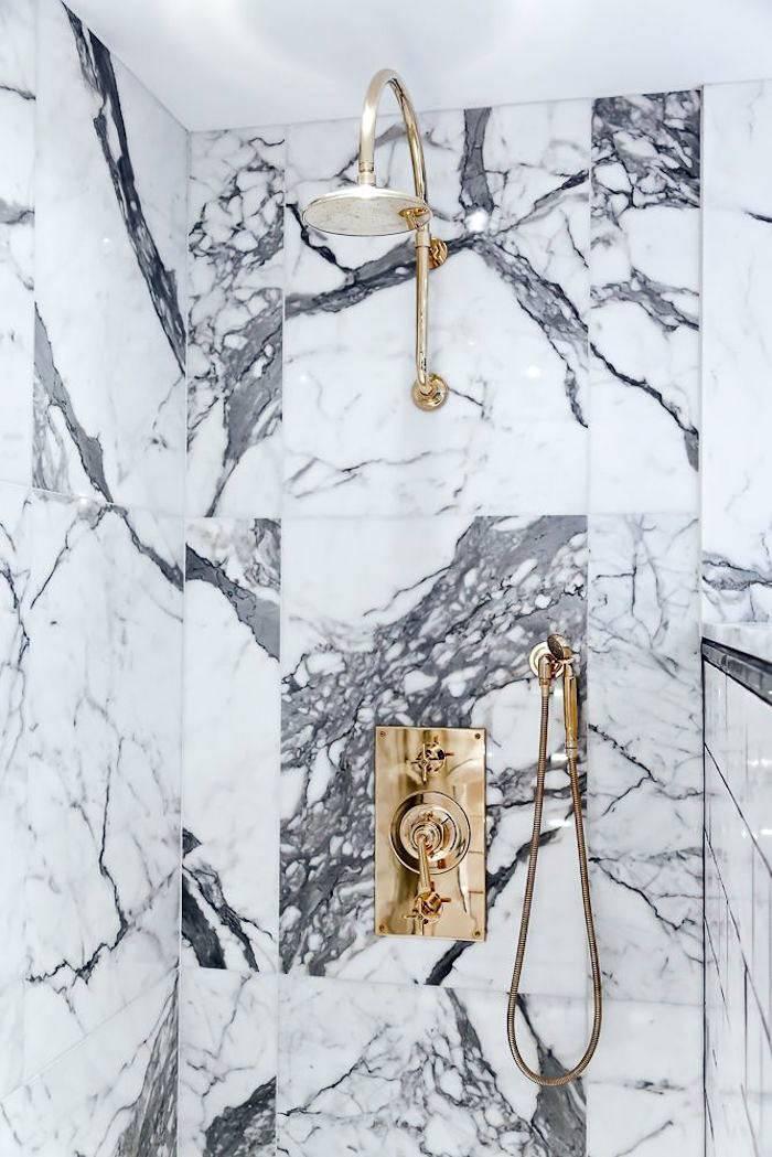 стена в душевой из мраморных плит фото