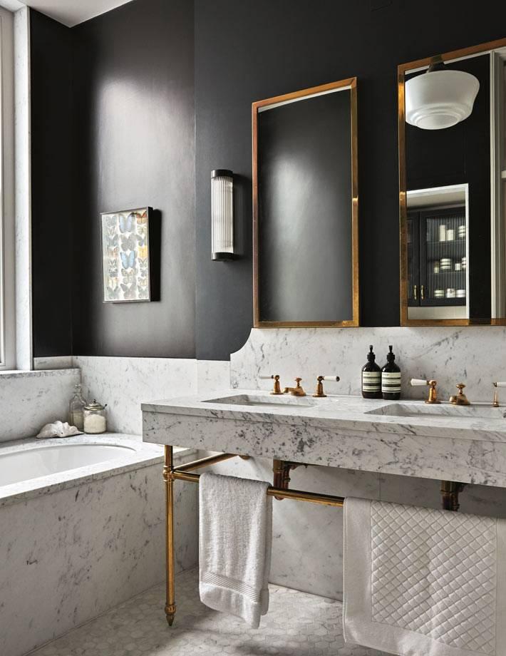 черные стены в ванной в сочетании с мраморной отделкой