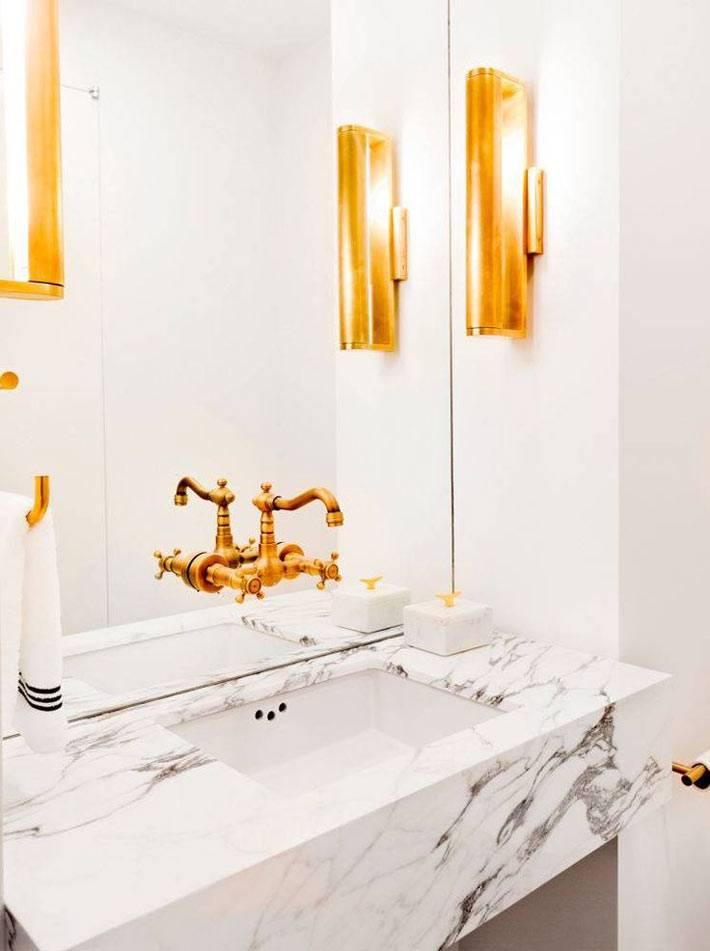 роскошь в ванной - золотые краны и светильники