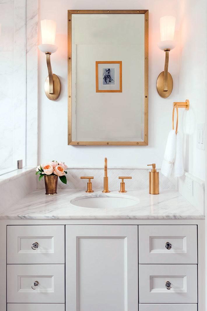 идеальный женский уголок в ванной с ящиками и цветами