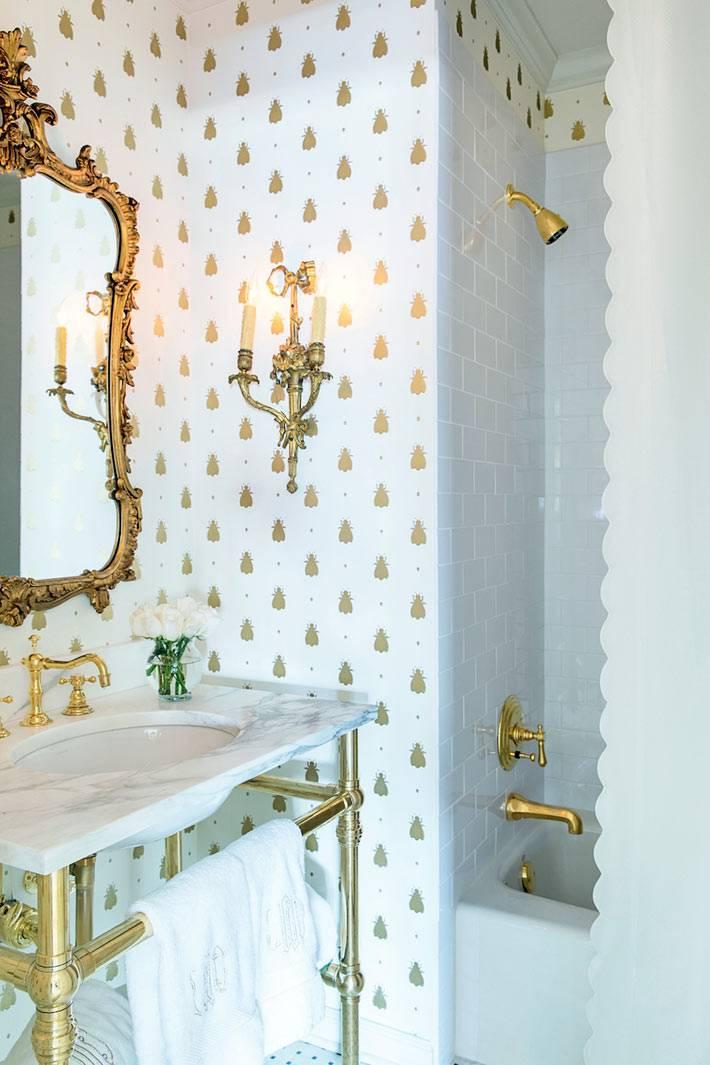 зеркало в резной золотой раме, обои для ванной комнаты