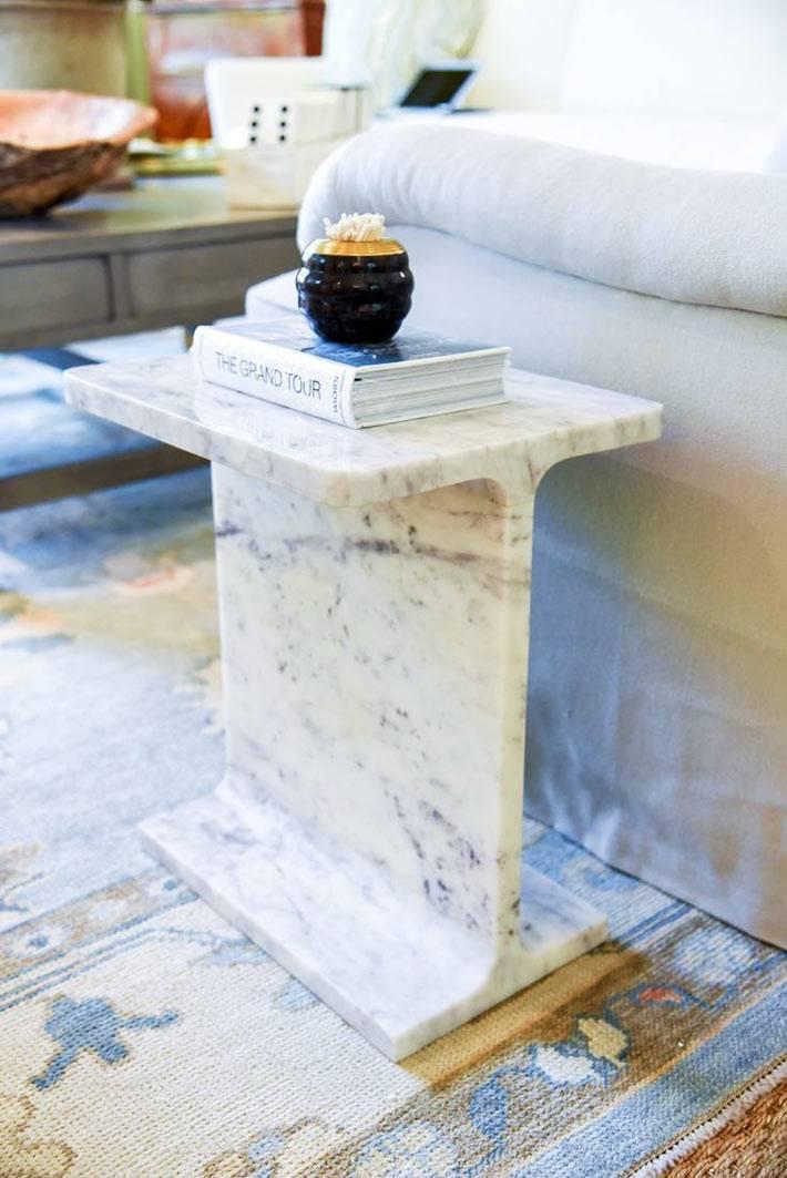 дополнительный столик из цельного куска мрамора фото