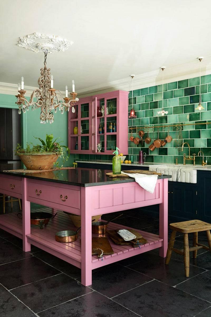 изурудная плитка для кухни, розовый шкафчик и кухонный остров